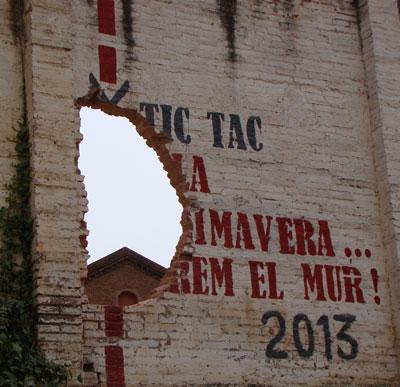 El veïnat fa un enderroc simbòlic del mur de Can Batlló