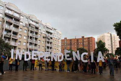 Mig miler de persones caminen per la independència de la plaça d'Espanya a la Marina