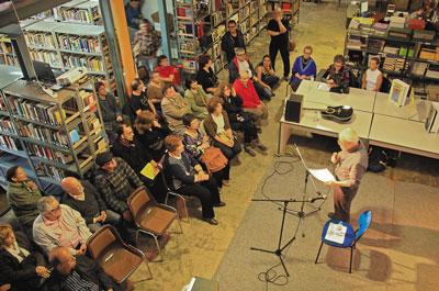 El Col·lectiu d'Artistes de Sants i la Biblioteca Josep Pons homenatgen a Salvador Espriu amb una passejada poètica pel barri