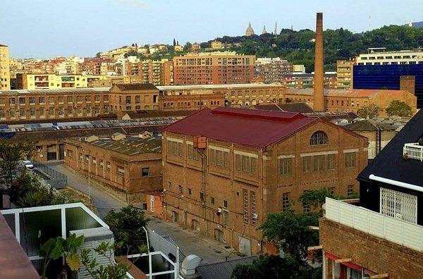 La biblioteca vecinal de Can Batlló se ofrece como sala de estudio para los jóvenes del barrio