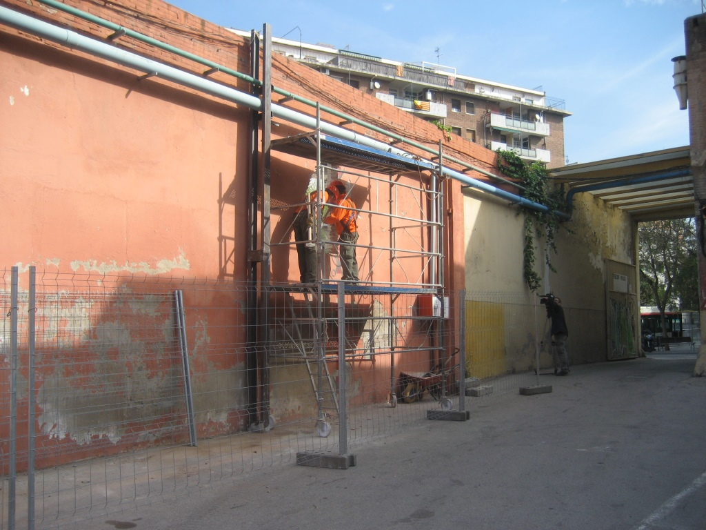 Can Batlló – Inici de l'enderrocament del mur de la plaça de la Pelleria