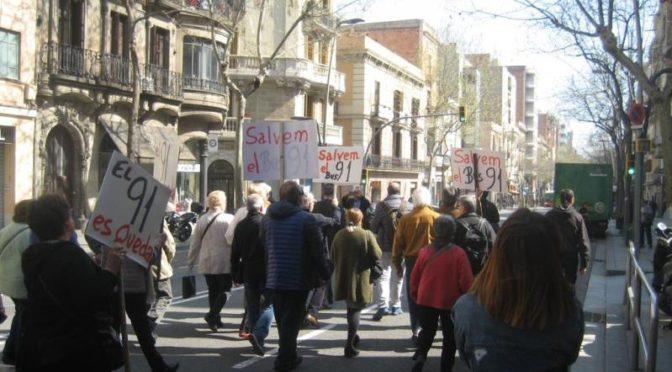 La Bordeta entrega a l'Ajuntament les 3024 signatures recollides per salvar el bus 91